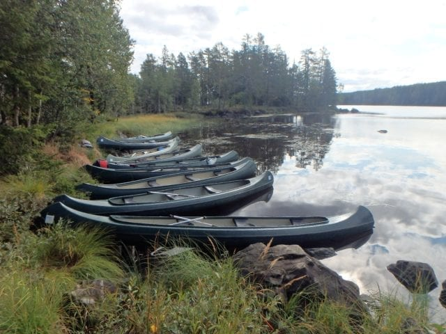 Kanoer ved land
